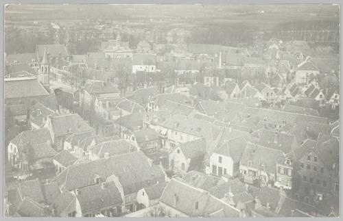 Luchtfoto van de Langegracht en omgeving, genomen vanaf de Onze Lieve Vrouwetoren. Op de voorgrond de Paternosterstraat. Op de achtergrond de Schimmelpenninckkade en -straat, daarachter de Kopersteeg.