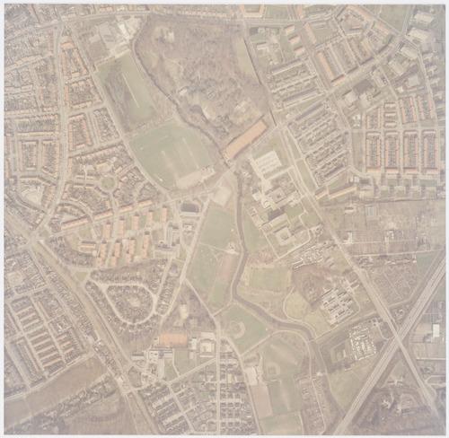 Luchtfoto van de wijken Dorrestein en Randenbroek, beide gedeeltelijk. In het midden loopt de Heiligenbergerbeek, daarbij o.a. passerend: Park Randenbroek bovenaan), het Sint Elisabeth Ziekenhuis en de Vosheuvel. Rechts zien we aan de Heiligenbergerweg o.a. de schooltuintjes van Groot Randijk.