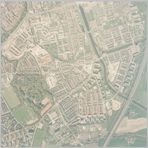 Luchtfoto van de wijk Randenbroek. Rechts liggen het Valleikanaal en de Barneveldsebeek met rechts daarnaast de wijk Schuilenburg. Links ligt Dorrestein. In de linker bovenhoek een stukje Stadskern. Schaal 1:2500.