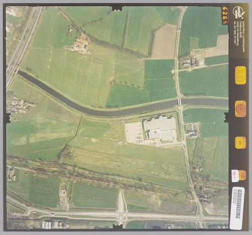 Luchtfoto van het gebied ter weerszijden van het Valleikanaal, ten noorden van Leusden. Linksboven Rijksweg A 28 en (ten noorden van het Valleikanaal) boerderij 't Scham aan de Schammersteeg. Rechtsboven boerderij De Horst aan de Horsterweg, die recht naar beneden loopt. Onderaan de foto zien we de Zwarte Weg en helemaal onderaan de Randweg.