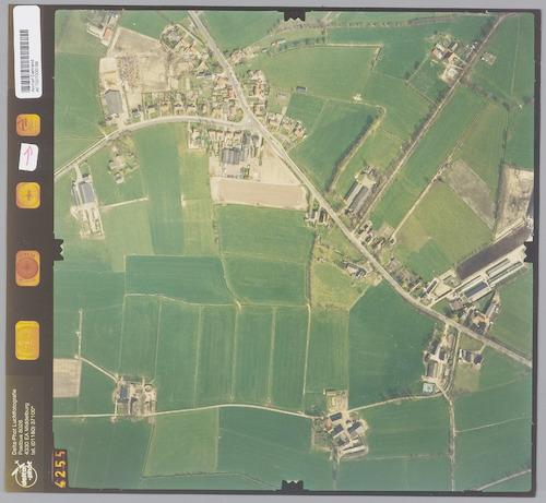 Luchtfoto van het dorp Stoutenburg. Linksboven de dorpskern en de Horsterweg, rechts de Hessenweg, onderaan de Engweg.