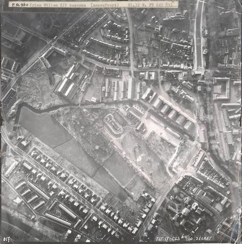 Luchtfoto van de Prins Willem III kazerne. Rechts de binnenstad. Links onderaan de Randenbroekerweg, die links bovenaan overgaat in de Bisschopsweg. Rechts bovenaan het Blekerseiland.