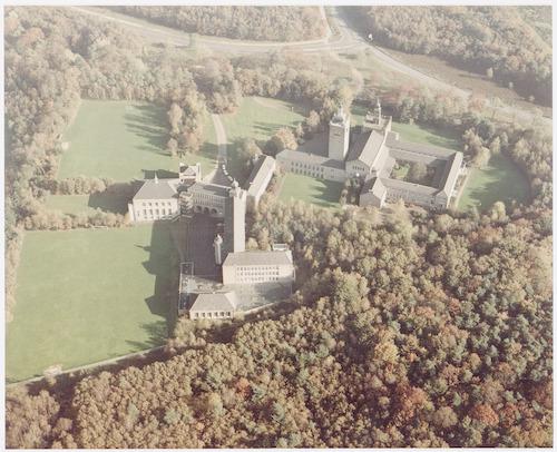 bijzonderheden: Architect van dit complex is: Jos Schijvens. Het werd van 1952 t/m 1957 gebouwd als Sint Helenaklooster (paters Kruisheren, Daam Fockemalaan 10) en Constantijn College ( gymnasium en HBS voor jongens, met internaat). In 1968 gingen het Constantijn College (school voor voortgezet onderwijs voor jongens) en het Lyceum Onze Lieve Vrouw ter Eem een fusie aan, waarbij het Eemland College (scholengemeenschap voor havo en vwo) tot stand kwam. Na renovatie en uitbreiding van dit gebouw werd de naam in 1996: Het Nieuwe Eemland.