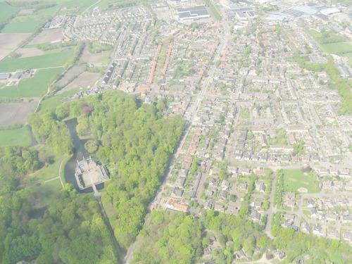 Luchtfoto van Renswoude. Links op de voorgrond Kasteel Renswoude.