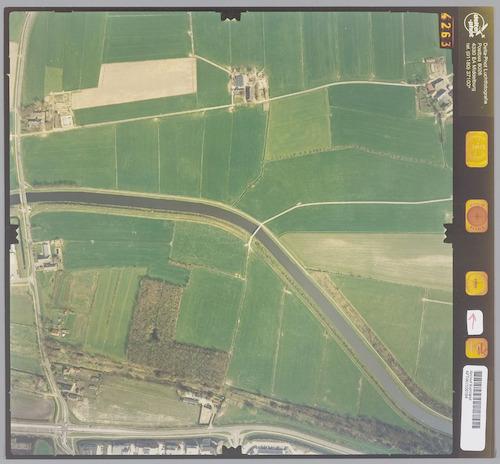Luchtfoto van het gebied ter weerszijden van het Valleikanaal, ten noorden van Leusden. Linksboven boerderij De Horst, rechtsboven boerderij Den Eng. Links de Horsterweg.