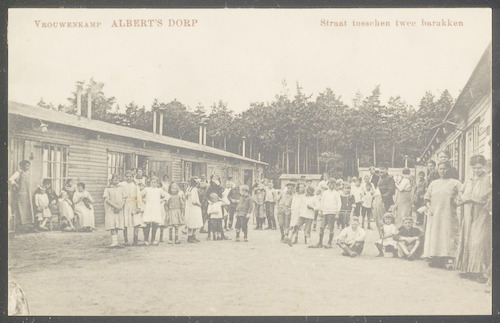 """Vrouwenkamp Albert's Dorp: """"Straat tusschen twee b..."""
