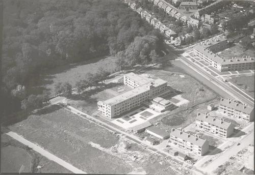 Luchtfoto van rusthuis Nijenstede aan de Heiligenbergerweg 84. Rechts de Randenbroekerweg, vooraan flats aan de Mozartweg. Achteraan Park Randenbroek en de Bisschopsweg.