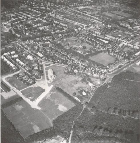 Luchtfoto van het Leusderkwartier vanaf het bos Nimmerdor met daardoorheen de Buurtweg. Links de Kamerlingh Onnesstraat, Buys Ballotstraat en Robert Kochstraat. Rechtsboven de Stephensonstraat.