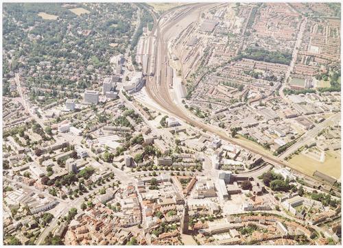 Luchtfoto van een deel van de binnenstad (onderaan) en de wijken Zonnehof, Bergkwartier en Soesterkwartier.