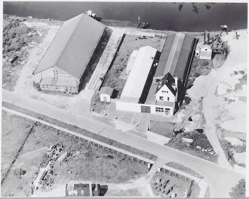 Luchtfoto van de fabriek van Ponno Plastic aan de Havenweg 9 a. Op de achtergrond de Eem.