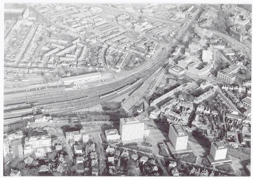 Luchtfoto van Stationsplein (linksonder), Berkenweg (rechtsonder), Stationsstraat / van Asch van Wijckstraat ( rechts) en een deel van het Soesterkwartier (links boven).