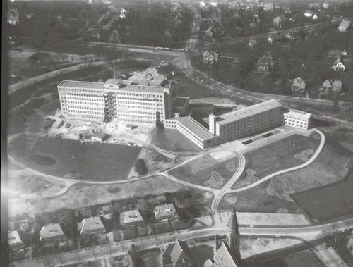 Luchtfoto van het nieuwe ziekenhuis De Lichtenberg aan de Utrechtseweg 160. Op de voorgrond de Jacob Catslaan, rechts de Vondellaan, achteraan de Utrechtseweg.
