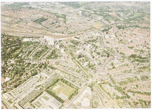 Luchtfoto van delen van het Bergkwartier, Vermeerkwartier, binnenstad, Zonnehof, Soesterkwartier, Industriekwartier Isselt en Koppel. Links onderaan een overzicht van de woningen op het voormalige Juliana van Stolbergterrein.
