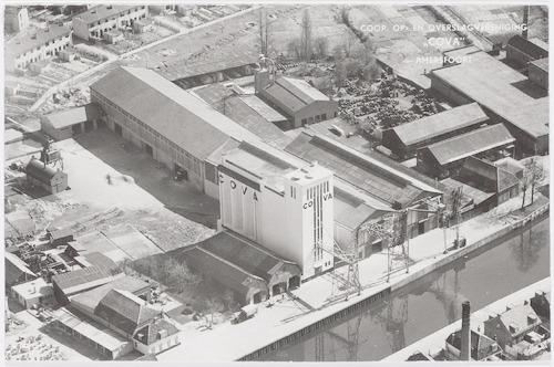 Luchtfoto van een deel van COVA aan de Grote Koppel. Linksboven de achterkant van woningen aan de Koppelweg. Rechtsonder de Eem.