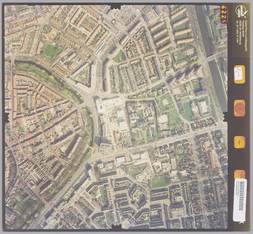 Luchtfoto van het oostelijk deel van het stadscentrum, met rechts daarvan de wijken Kruiskamp (boven) en Randenbroek (ten zuiden van de Hogeweg). Rondom de stadskern loopt aan de zuidzijde de Stadsring overgaand in de Flierbeeksingel en tenslotte Scheltussingel. De overgang wordt gemarkeerd door de T splitsing met de Hogeweg, die onderaan naar rechts loopt. Geheel rechts het Valleikanaal. Op de hoek van de Flierbeeksingel en de Van Randwijcklaan wordt het verpleeghuis St.Elisabeth gebouwd (thans Beweging 3.0).