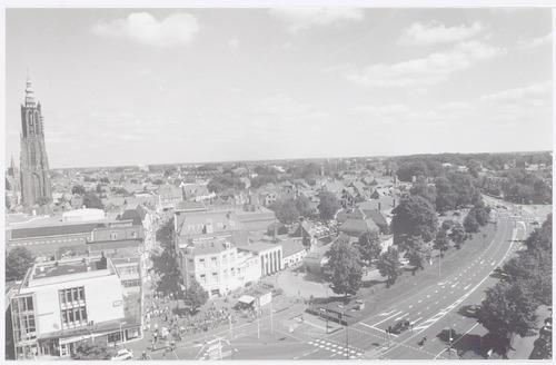 Overzichtsfoto van de Stadsring met achterliggende straten, gezien vanaf een hoog gebouw aan het begin van de Utrechtseweg. Links de Utrechtsestraat.
