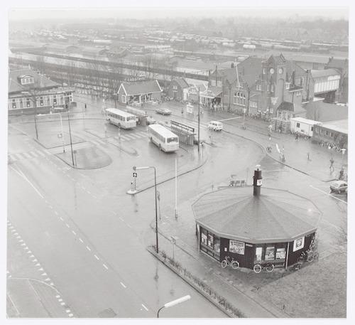 Overzichtsfoto van het Stationsplein. Links bovenaan restaurant De Oude Tram, rechts het station en op de voorgrond het VVV-gebouw.