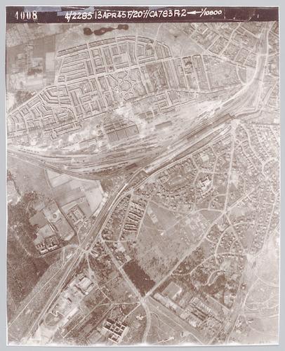 """Luchtfoto, gemaakt door de Geallieerden om het effect van hun bombardement te registreren. Bij deze foto's ging het niet alleen om de inslagkraters die te zien waren, maar ook om die welke ontbraken, waar de zogenaamde """"blindgangers"""" zouden moeten liggen."""