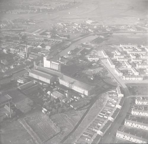 Luchtfoto van het gebied bij Koppelweg (rechts) en de Eem (links). In het midden de Cova, op de achtergrond de Dollardstraat. De witte huisjes rechts zijn het pas gebouwde Jeruzalem.
