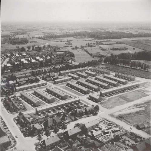 Luchtfoto van de huizen tussen Lorentzstraat (linksonder), Woestijgerweg en Arnhemseweg. Op de achtergrond de sportvelden langs de Dorresteinseweg.