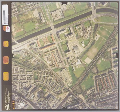 Luchtfoto van de wijk De Koppel en omgeving. Bovenaan zien we het Valleikanaal. Van midden-onder naar de rechter bovenhoek loopt de spoorlijn Amersfoort-Zwolle. In de punt tussen de spoorlijn en het kanaal ligt de wijk De Koppel. Rechts van de spoorlijn ligt de wijk Kruiskamp. De middelste van de drie bruggen over het Valleikanaal is de Kattenbroekerwegbrug.