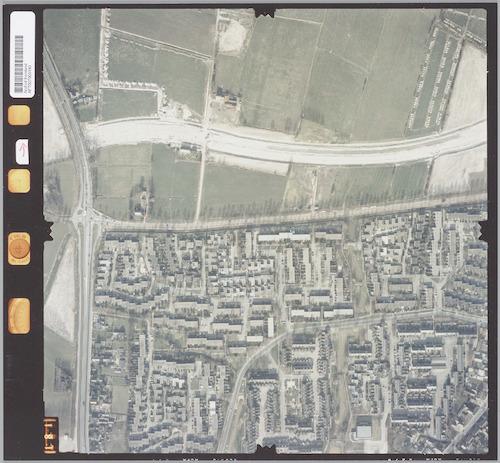 Luchtfoto van het noordwestelijk deel van de wijk Hoogland en het weidegebied van Nieuwland. In dit weidegebied wordt op dat moment juist de Rondweg-Noord aangelegd. Links ligt de Bunschoterstraat.