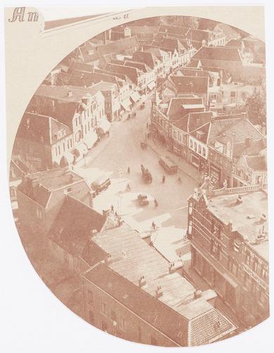 Overzichtsfoto van de Varkensmarkt en omgeving, genomen vanaf de Onze Lieve Vrouwetoren. Bovenaan de Arnhemsestraat, onderaan het begin van de Langestraat.