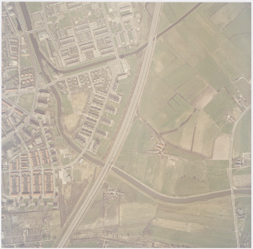 Luchtfoto van de wijken Schuilenburg en Randenbroek. Dwars door het gebied loopt het Valleikanaal, waar bovenaan rechts de Barneveldese Beek in uitmondt. Rechts het gebied Stoutenburg in Leusden.