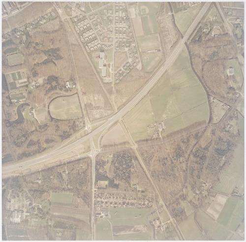Luchtfoto van de Arnhemseweg e.o. bij de kruising met de toenmalige Rondweg-Zuid.Links zien we Nimmerdor en (onderaan) de Technische School Don Bosco. In het midden bovenaan de wijk Dorrestein met bejaardentehuis De Eemgaarde. Rechts de Heiligenbergerbeek. Deze passeert de Heiligenberg (rechtsboven) en het Lockhorsterbos. In het midden onderaan de Schutterhoeflaan.