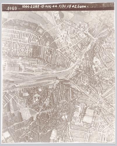 Luchtfoto van het spoorwegemplacement en de wijde omgeving daarvan, door de Geallieerden na de invasie genomen voor militaire doeleinden.