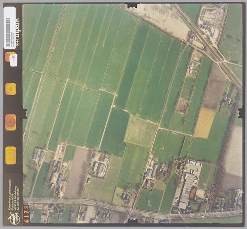 Luchtfoto van het gebied De Birkt (gemeente Soest). In de rechter bovenhoek is de spoorlijn Amersfoort-Hilversum zichtbaar. Op het onderste deel van de foto loopt de Birkstraat, de doorgaande weg van Amersfoort naar Soest.