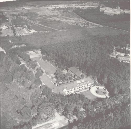 Luchtfoto van rusthuis De Lichtenberg aan de Utrechtseweg 293.