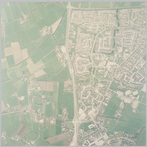 Luchtfoto van het dorp Hoogland (rechts van de Bunschoterstraat) en een deel van Hoogland-West (links). In Hoogland-West ligt ten noorden van de Malewetering de polder Overzeldert. In het zuiden zien we de Coelhorsterweg. Schaal 1:2500.