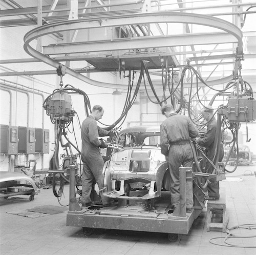 TWEE FOTO'S: fabricage van Morris automobielen, in ...