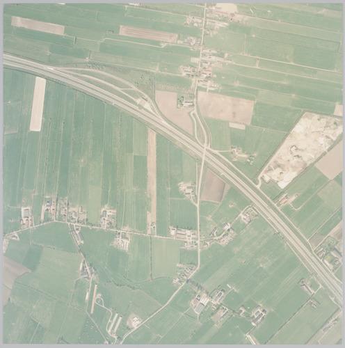Luchtfoto van de A1 met omgeving aan de noordrand van Amersfoort. Bovenaan in het midden loopt de Zevenhuizerstraat. Rechts daarvan het weilandengebied van Hooglanderveen. Onderaan ligt Nieuwland, met rechts het gebiedje Groot Kalveen. Het gebied linksboven behoort bij de gemeente Bunschoten. Schaal 1:2500.