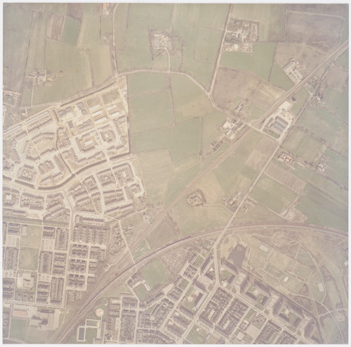 Luchtfoto van het gebied waar industrieterrein De Hoef zou worden aangelegd, tussen de spoorlijnen naar Zwolle en Apeldoorn. Links daarvan de wijk Schothorst en het gebied waar Zielhorst zou komen. Dit gebied wordt omzoomd door de Schothorsterlaan.Onderaan ligt Liendert met de Recreatiegordel Liendert, die later de naam Waterwingebied Rustenburg/Schuilenburg zou krijgen.