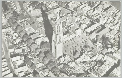 Luchtfoto van de Onze-Lieve-Vrouwetoren en omgeving.