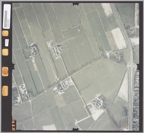 Luchtfoto van enkele boerderijen aan de Mgr. van de Weteringstraat. Rechts de Bunschoterstraat; vanaf het kruispunt naar beneden ligt de Malewetering.