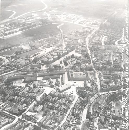 Luchtfoto van een deel van de binnenstad en de wijk Randenbroek in aanbouw. In het midden de Beestenmarkt-kazerne (onder) en de Prins Willem III kazerne.