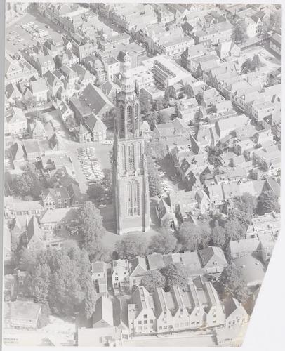 Luchtfoto van de Onze-Lieve-Vrouwetoren met omgeving. Onderaan de Hellestraat, in het midden het Lieve Vrouwekerkhof, achteraan de Hof en rechts (schuin) de Langestraat.