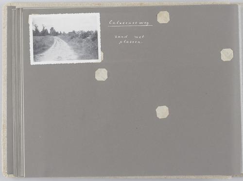 """Bladzijde uit het fotoalbum """"Beoosten de Eem"""", dat gewijd is aan de ruilverkaveling in dat gebied. Beeld van de Calveenseweg voor verbetering."""
