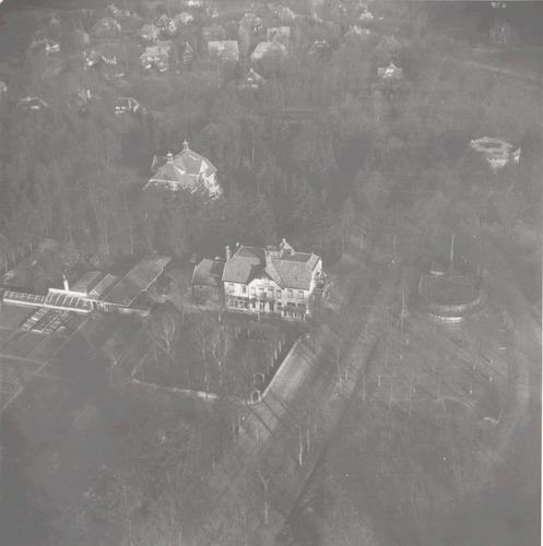 Luchtfoto van het Berghotel, Utrechtseweg 225. Daartegenover nr. 180 en de watertoren. Achter het Berghotel villa Amersberg.