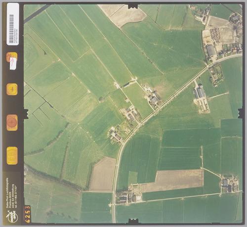 Luchtfoto van de Horsterweg in het noordelijk weidegebied van Leusden. Rechtsboven het dorp Stoutenburg, rechtsonderaan de Engweg, linksonderaan de Schammersteeg.