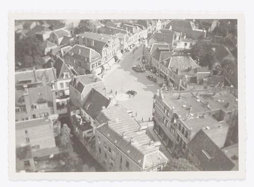 Overzichtsfoto van de Varkensmarkt en omgeving, genomen vanaf de Onze Lieve Vrouwetoren. Rechtsonder de Langestraat, bovenaan de Arnhemsestraat.