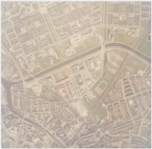 Luchtfoto van de wijk Koppel (onder het Valleikanaal) en een deel van de wijk Kruiskamp. Boven het kanaal ligt de wijk Schothorst, ten dele zichtbaar. Op deze foto is er nog geen brug aangelegd tussen de Meridiaan en de Kattenbroekerweg.