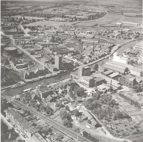 Luchtfoto van het gebied tussen Schimmelpenninckstraat (voorgrond, links) en het Soesterkwartier. Daartussen het havengebied van de Eem met Grote en Kleine Koppel, 't Sasje, Eemstraat enz.