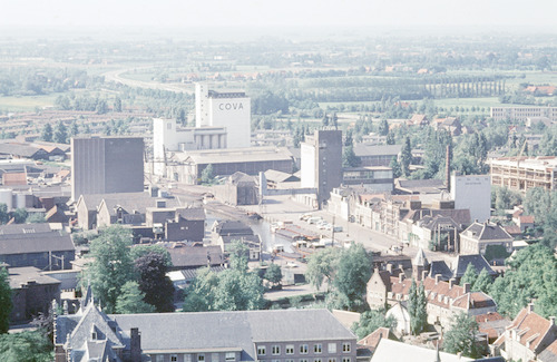 Overzichtsfoto vanaf de Onze Lieve Vrouwetoren in noordwestelijke richting. Op de voorgrond het dak van het Sint Pieters en Bloklands Gasthuis en de huizen aan het Kleine Spui. Verder weg de Grote Koppel.