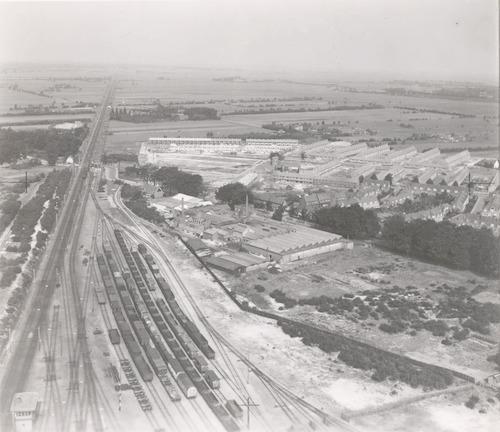 Luchtfoto van het emplacement en de spoorlijn naar Amsterdam. Rechts het Soesterkwartier met de fabriek van Noack aan de Soesterweg.