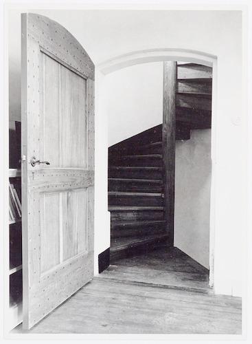 Zware houten deur naar wenteltrap in het voormalig for Houten wenteltrap