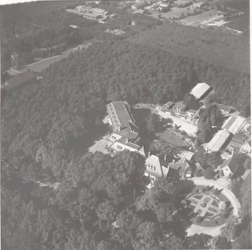 Luchtfoto van een deel van het psychiatrisch ziekenhuis Zon en Schild, Utrechtseweg 266.
